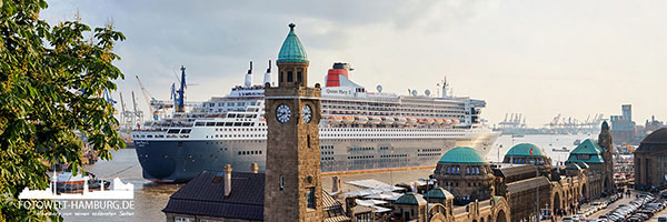 Hamburger Hafen Panorama - Queen Mary 2 an den Landungsbrücken